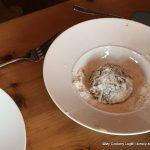 Pflänzchen in Mehl wenden
